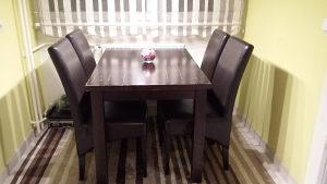 Trpezarijski stol sa stolicama