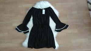 Crna haljinica koja se spušta na ramenima