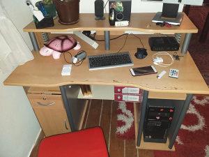 Prodajem radni stol skupa sa računarem.