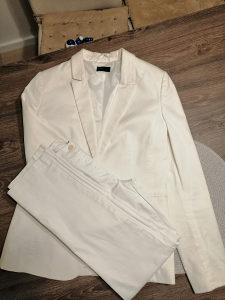 Bijelo žensko odijelo i bluza
