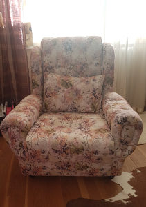 Fotelja sa cvjetnim uzorkom