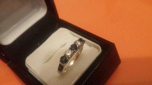 Zlatni prsten brilijanti i safiri
