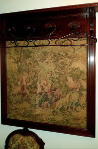 Stara vješalica sa tapiserijom veoma rijetka
