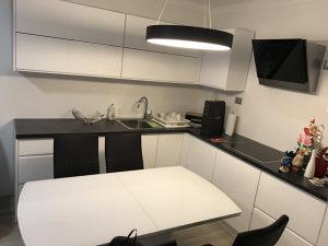Kuhinja Kuhinje Medijapan visoki sjaj / urezana rucka