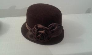 smeđi elegantni šešir