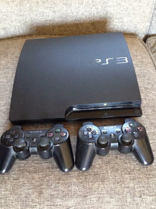 PS3 PLAY STATION 3 sa 2 joysticka