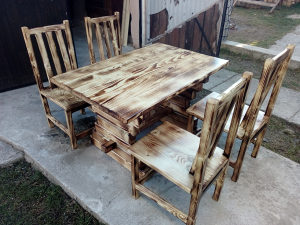 Drveni stolovi i stolice