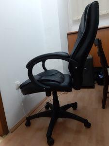 Na prodaju dvije kozne uredske stolice.