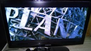 """samsung led tv 32"""" ima tanku crticu neprimjetnu"""