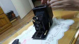 Stari fotoaparat sa opremom i stalkom