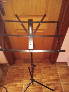 Prodajem nov ne koristen stalak za svesku sa futrolom