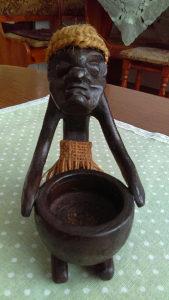 Skulptura Afrikanac sa posudom za vodu