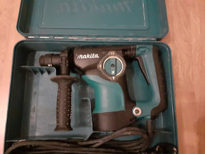 Makita bušilica HR2811FT
