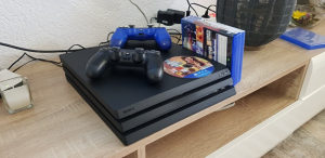 Playstation 4 Pro 1TB / 2 Joysticka + IGRE
