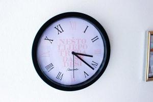 Zidni sat Nešto lijepo treba da se desi (crni i bijeli)