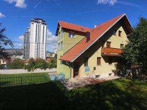 Velika kuća sa parkingom i garažom.(700 m2)