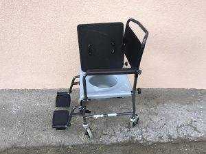 Invalidska kolica sa toaletnim dodatkom