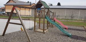 Igraonica za djecu sa 2 tobogana i ljuljačkama