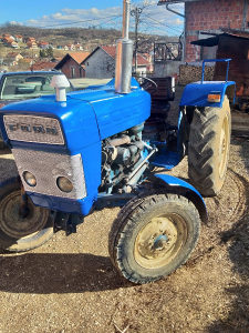 Traktor sa priključcima