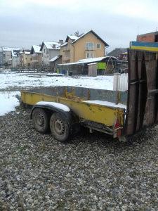 Žuta prikolica za prevoz mini bagera