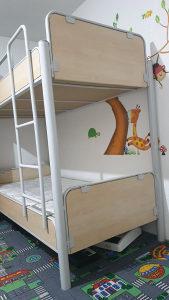 Metalni dvospratni krevet sa madracima